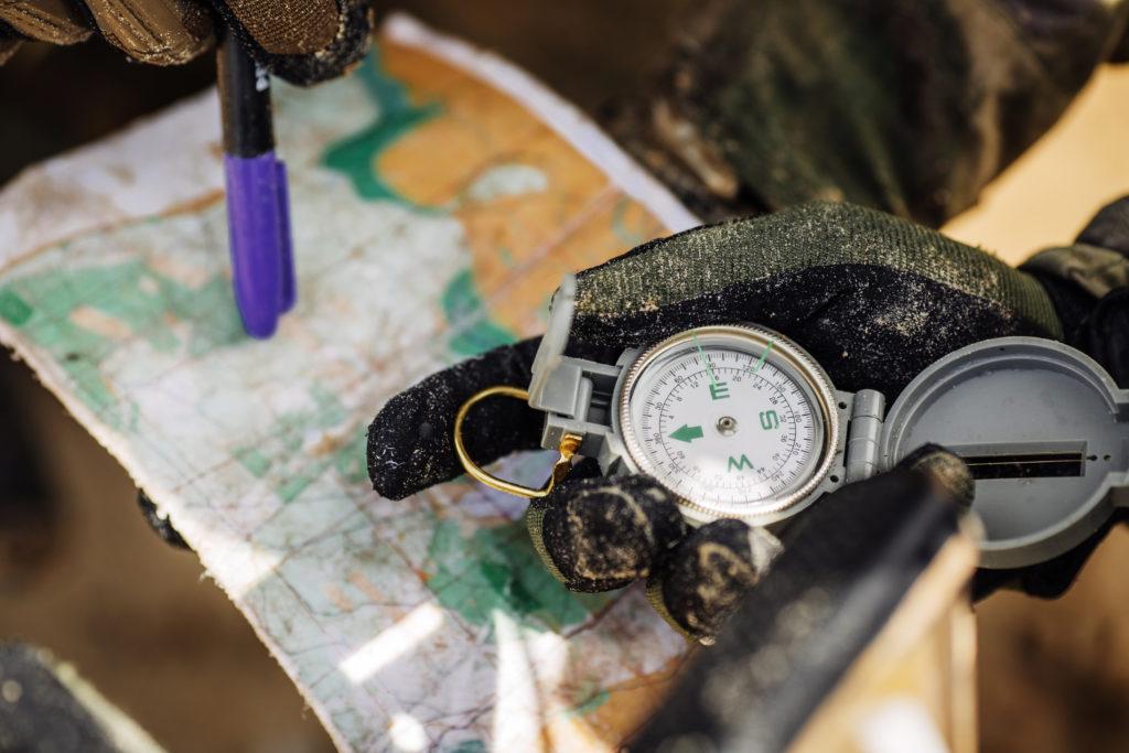 Boussole main carte stylo militaire orientation terrain commando management Pegasus Leadership