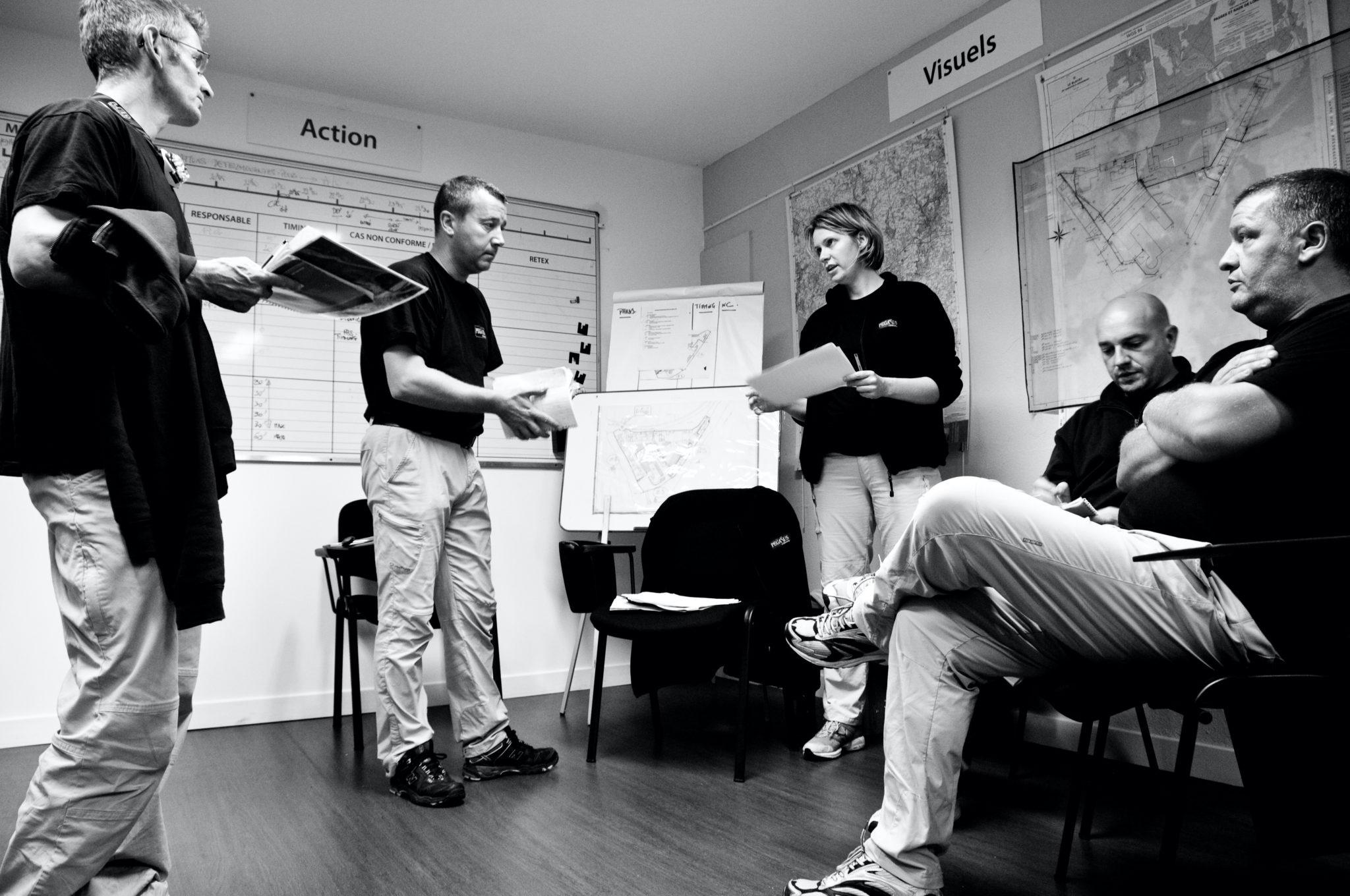 Groupe personnes réunion brainstorming débrief war room management